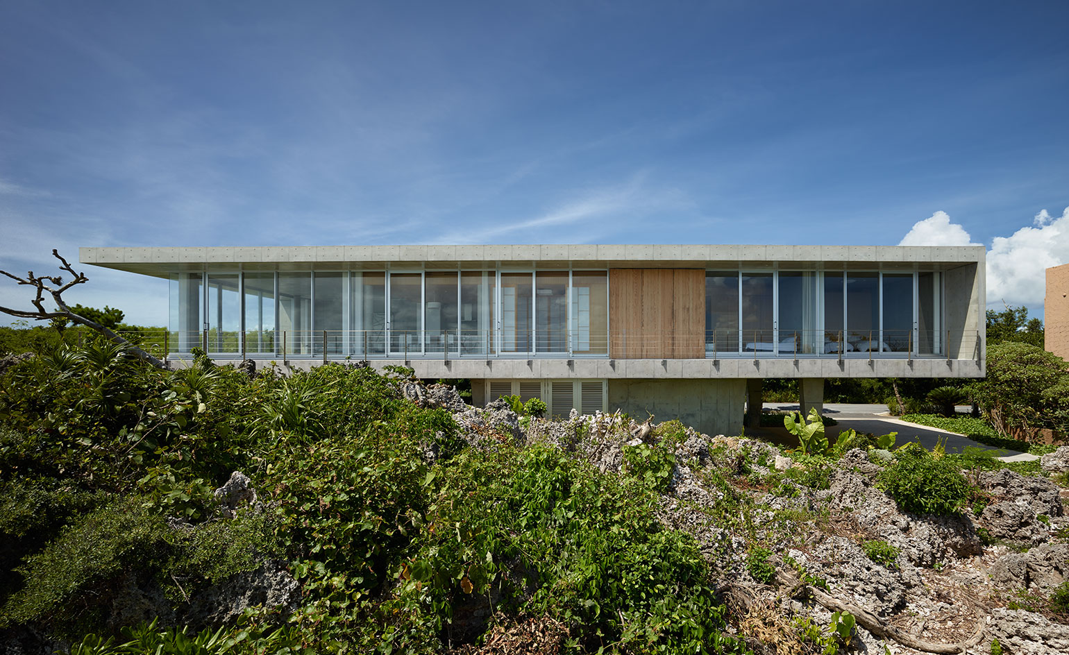 Cliff hanger 1100 architect completes island residence for Japanese architecture firms
