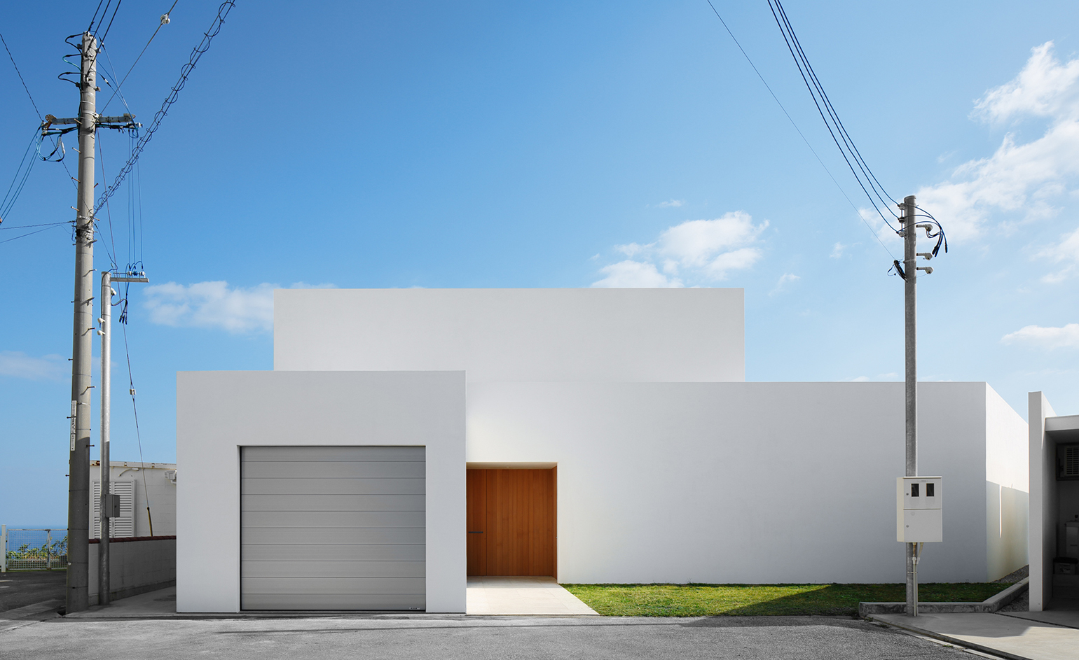 John pawson unveils minimalist japanese home in okinawa for Minimalist house wallpaper