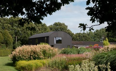Sandy Rendel elegantly converts a barn into a simple house in the British countryside