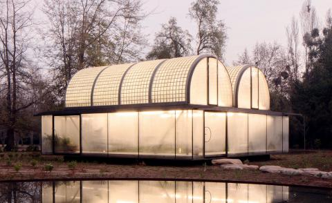 Glasshouse in Chile reflects upon a lake