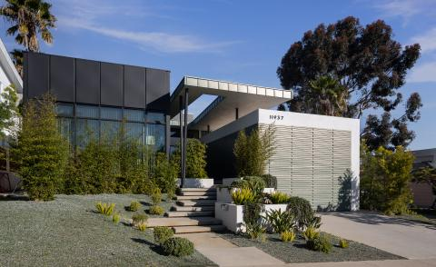 side view with blue skies of Mar Vista Residence by Tim Gorter Architect