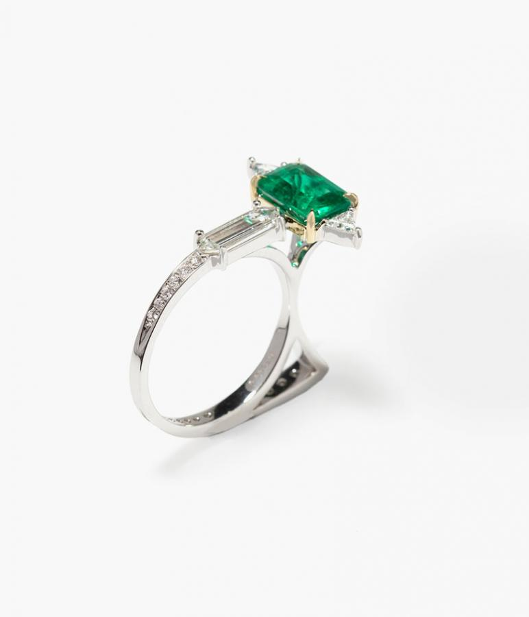 'Cat' ring with white diamonds and emerald