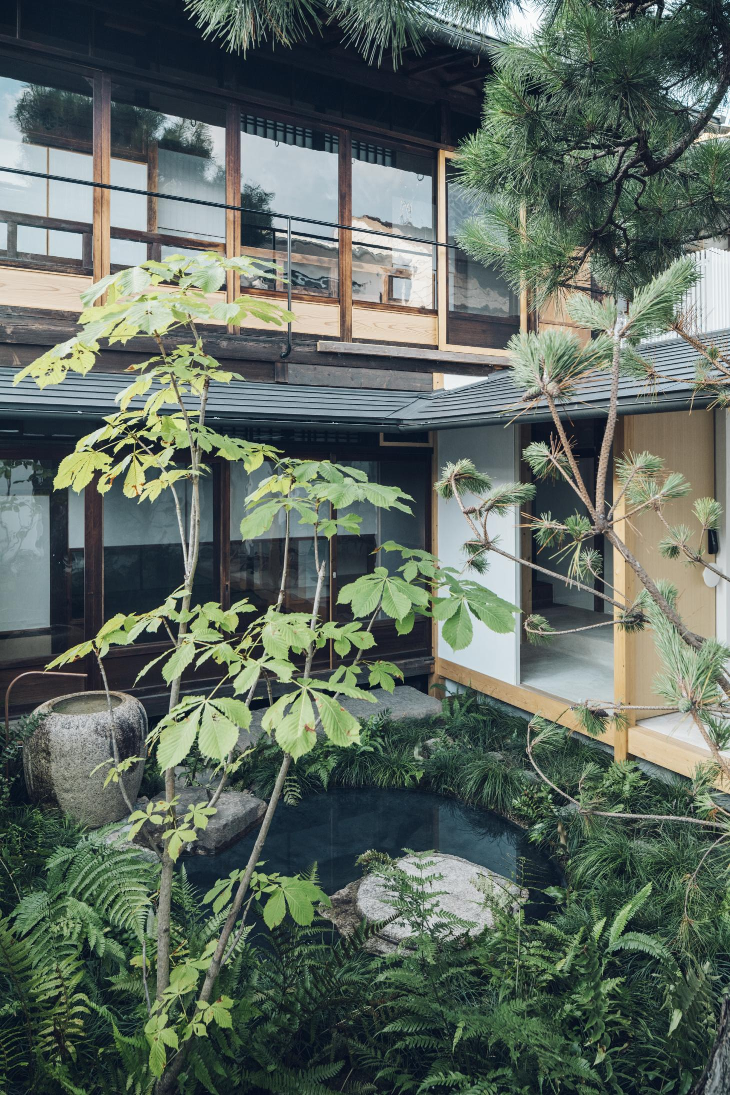 Garden view at the Suzu apartment building renovation by Bonbonma