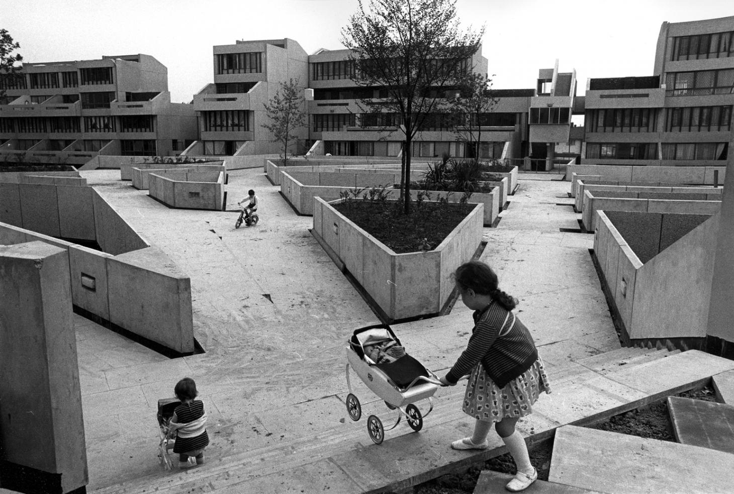 Tony Ray Jones, Photography of brutalist estate Thamesmead in the 1970s