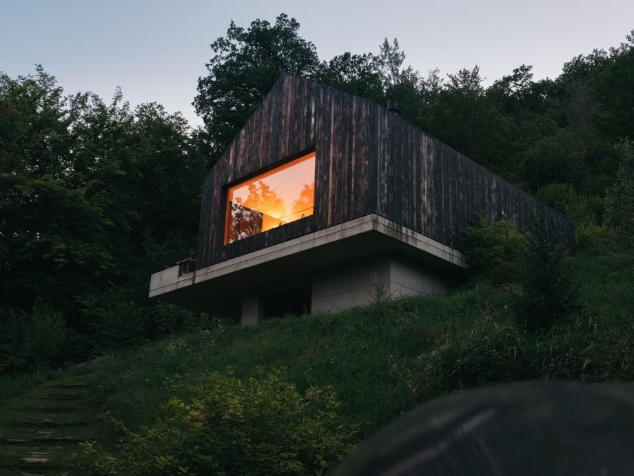 haus Turnberg is hidden in a forest by a lake