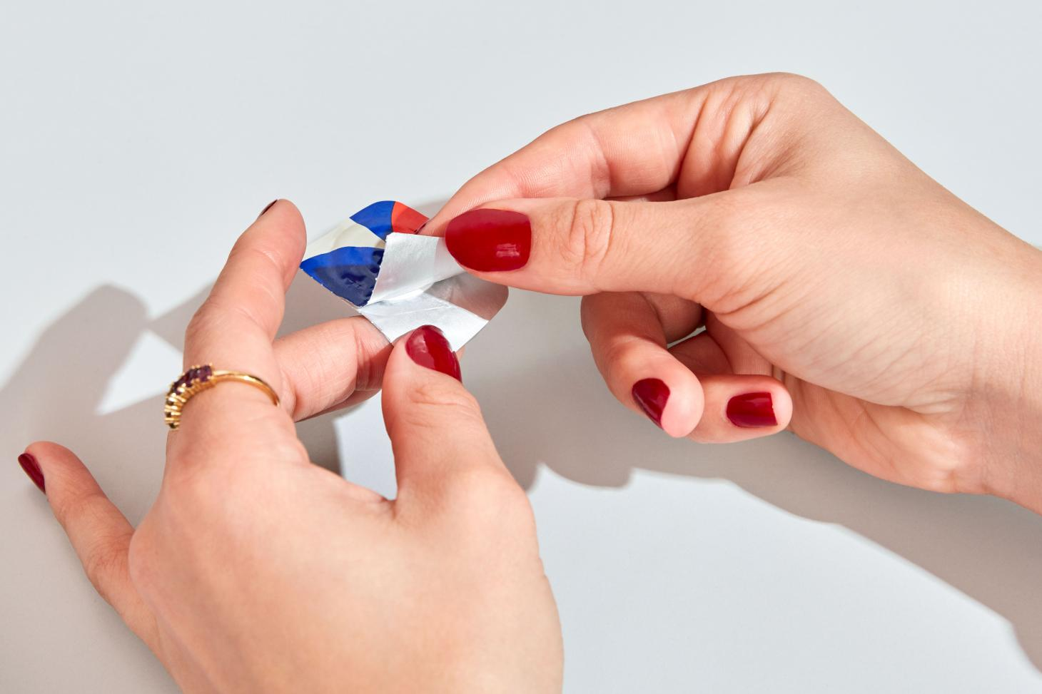 Ace&Tate's contact lenses being taken out of multi-coloured package
