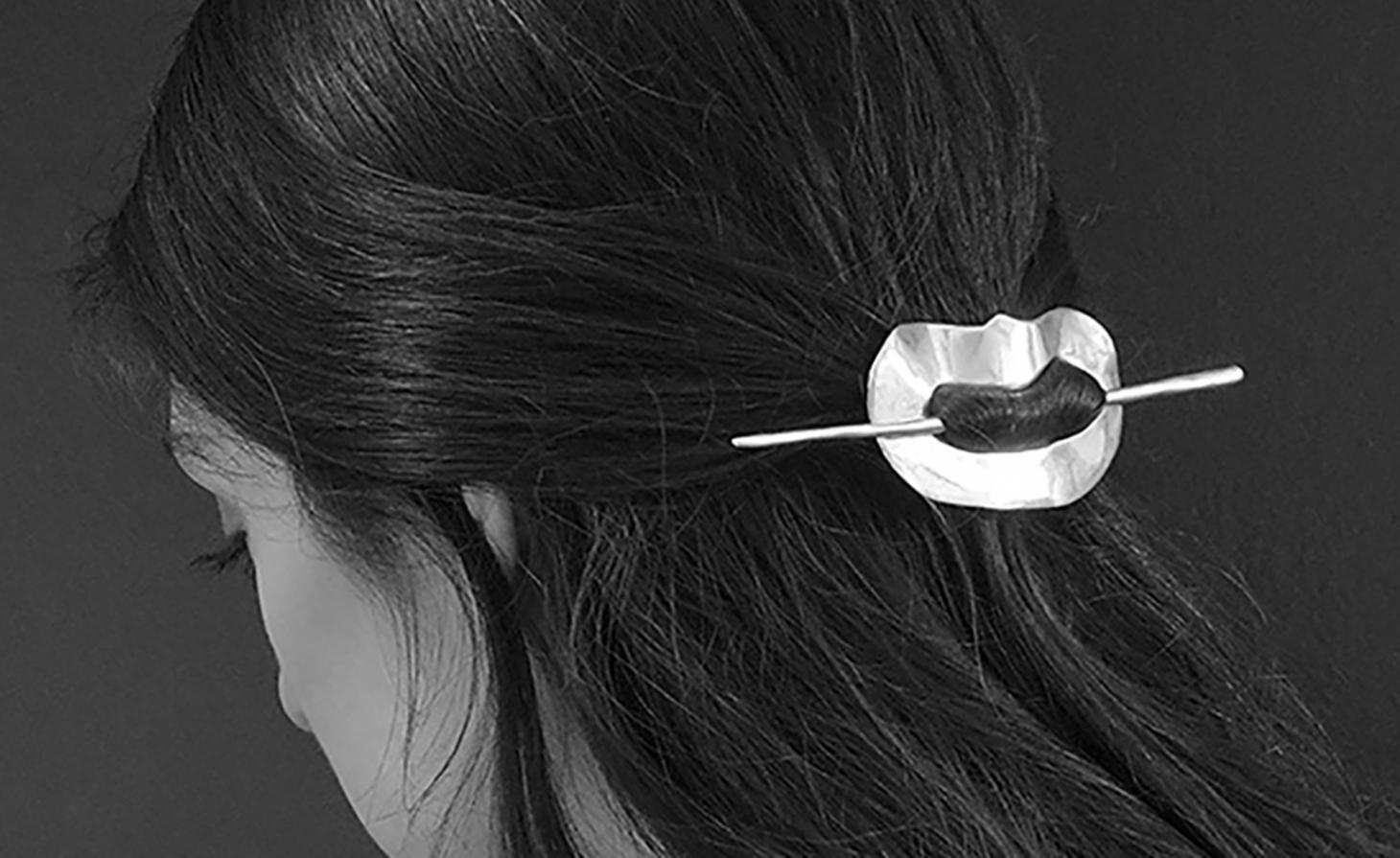Woman wearing a gold circle hair clip in her hair
