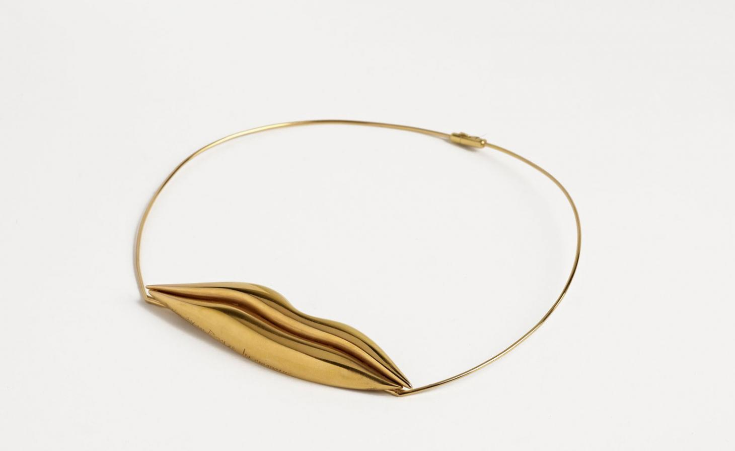 Gold necklace with a pair of golden lips