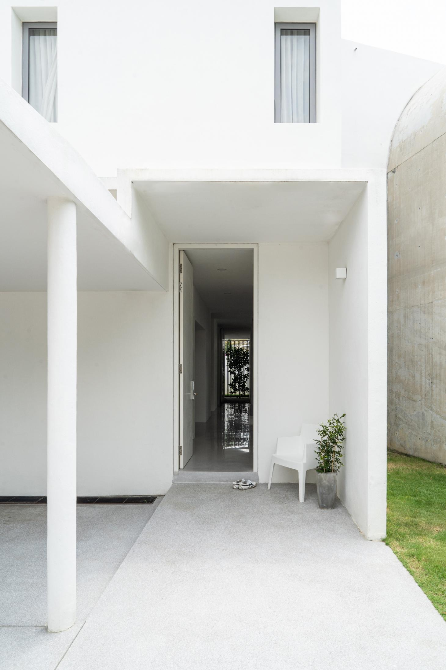 minimalist white entrance at Bewboc house in Malaysia