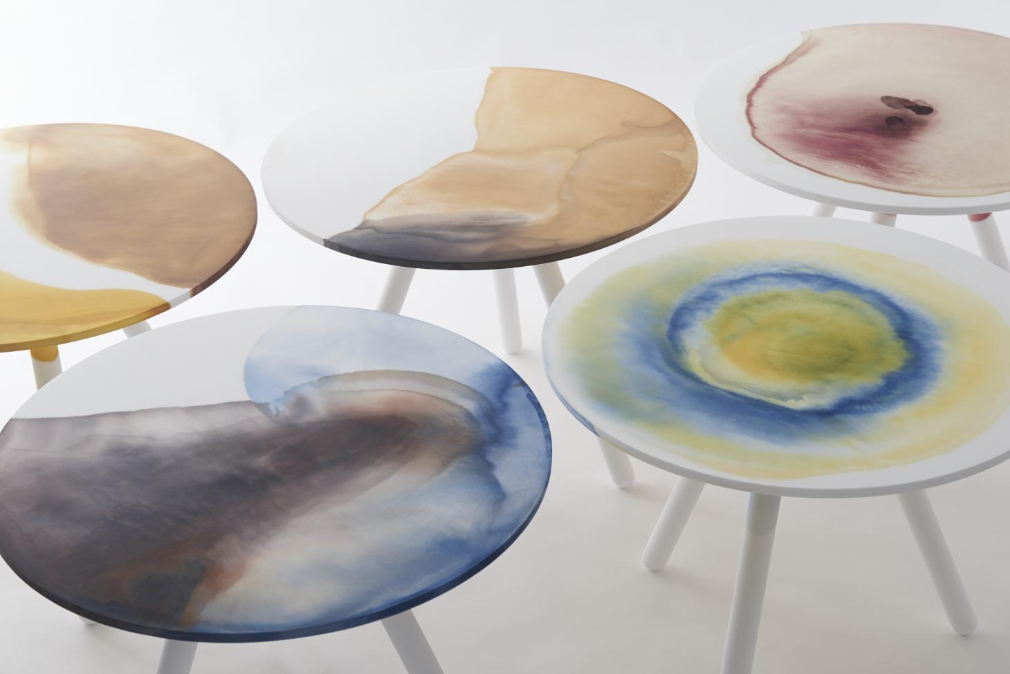 Tables with multicoloured dyed round tops