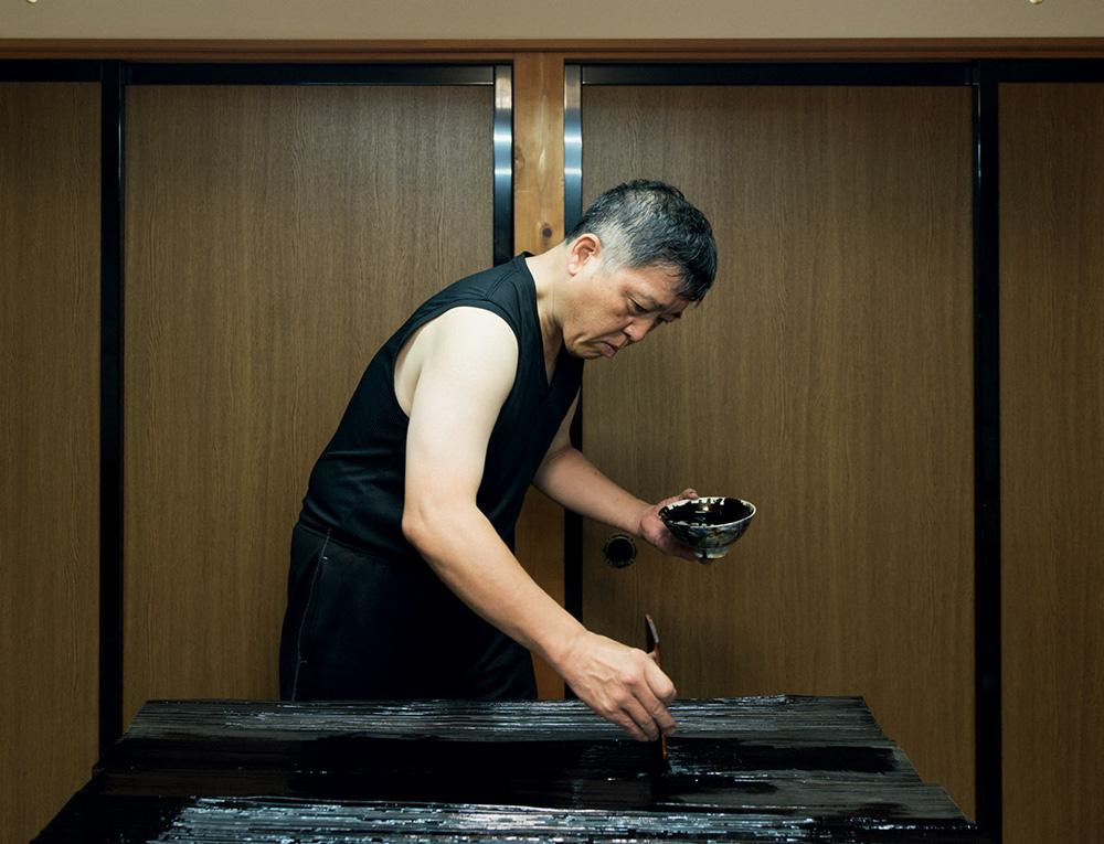 Masayoshi Nishiguchi working on Max Lamb's 'Urushi' table