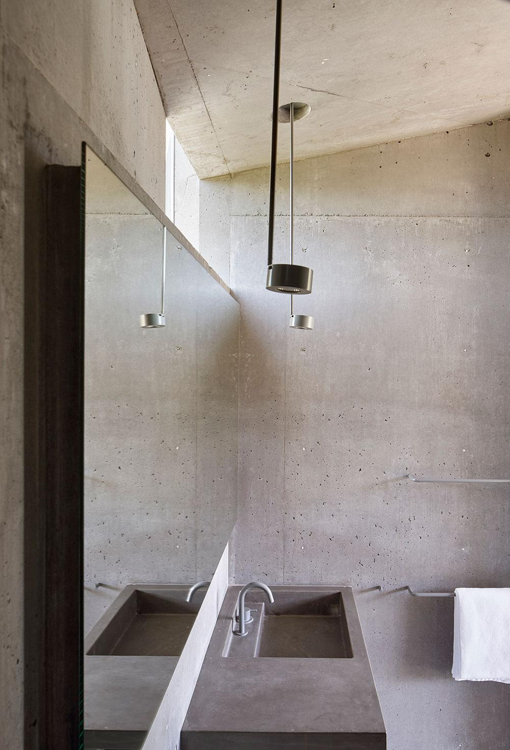 Mork-Ulnes Architects concrete house bathroom