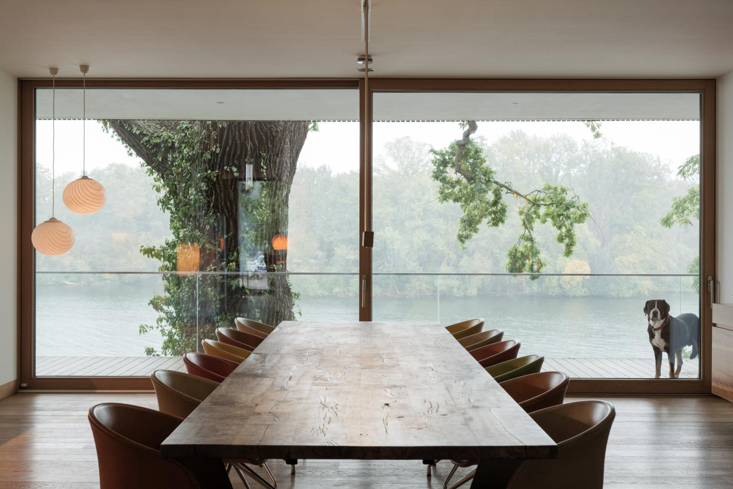 The 7.5m long dining table in Carlos Zwick's House on the Lake