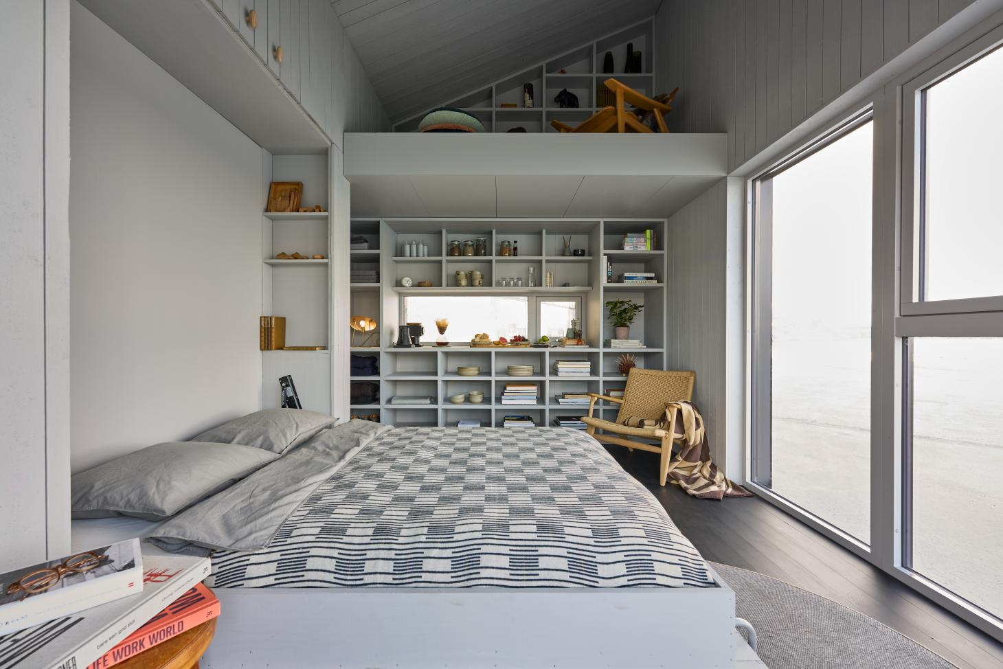 The high ceilings of the XS Minihus allow for a separate reading platform, reached by a ladder