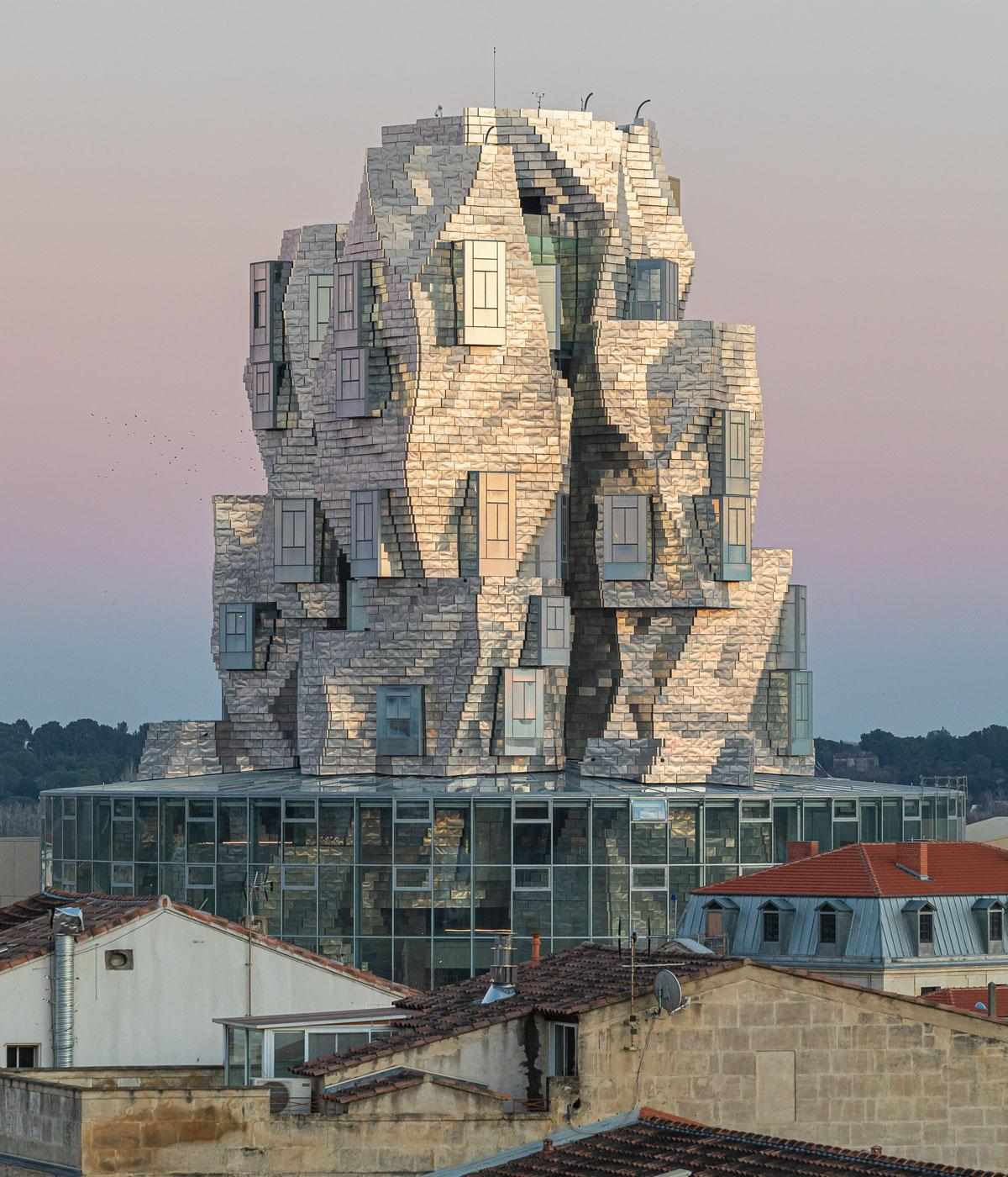 Twisting tower in stainless steel panels