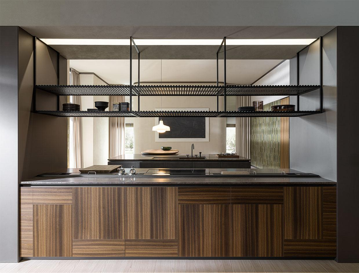 An imposing kitchen by Molteni Dada, with expressive wooden cabinets and an open plan design