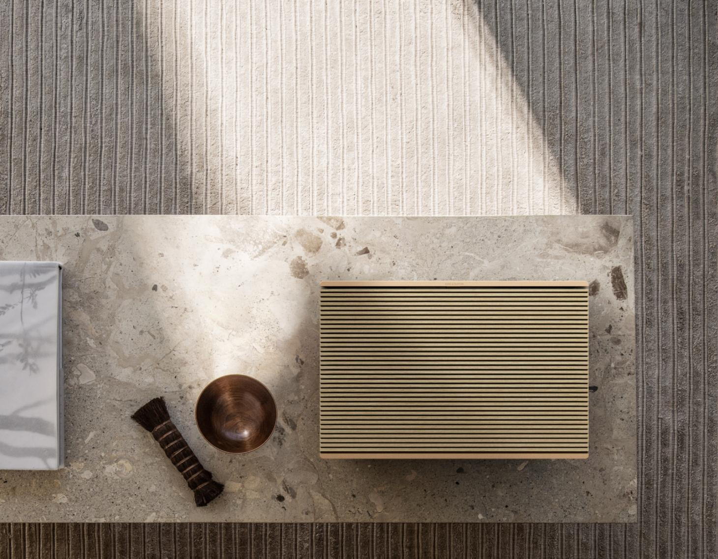 Bang & Olufsen Beosound Level in gold and oak
