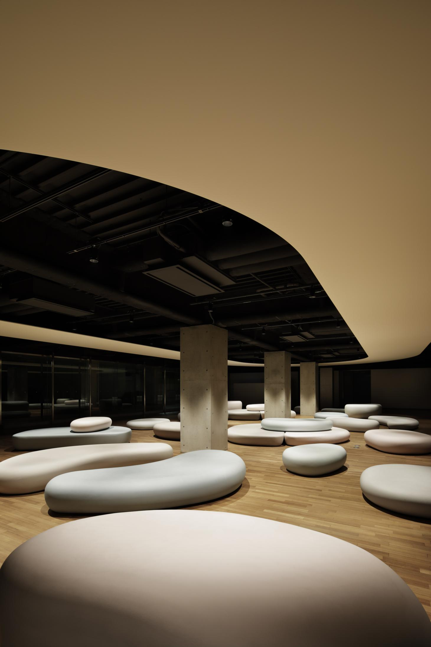 Pebble benches at Zero Space, Musashino Art University, by Igarashi Design Studio