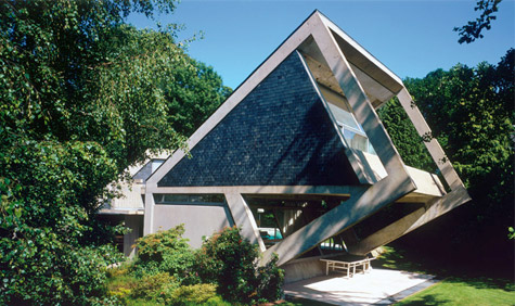 An exterior view of Claude Parent's cubic Drusch House, in Versailles © Dominique Delaunay.